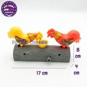 Đồ chơi 2 chú gà mổ thóc trên khúc gỗ bằng nhựa vặn cót MC6606