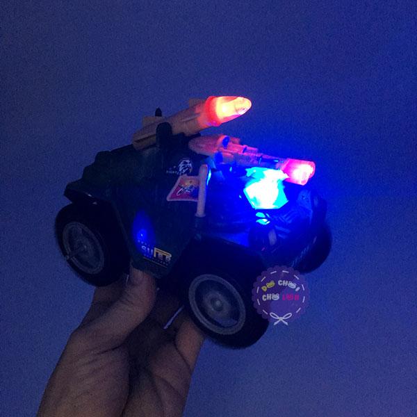 Hộp đồ chơi xe tăng 4 bánh chạy pin có đèn nhạc