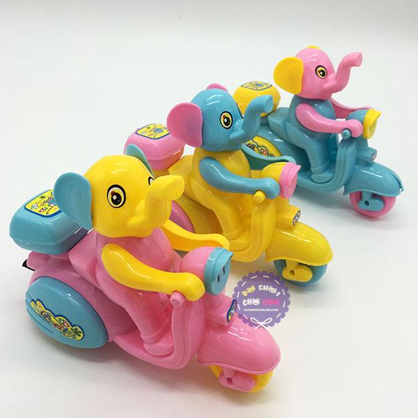 Đồ chơi chú voi ngồi xe máy chạy bằng dây cót